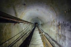 Den underjordiska tekniska tunnelen med kabel fodrar en rörledning av uppvärmningströmförsörjningen royaltyfri bild