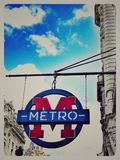 Den underjordiska tunnelbanan undertecknar in Paris Frankrike royaltyfria bilder