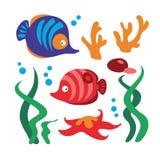 Den undervattens- uppsättningen med fiskar, korall, sjöstjärna, vaggar, algen och bubblor royaltyfri illustrationer
