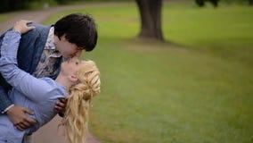 Den unga älskvärda pardansen i parkerar i sommar Romantiskt datera eller lovestory lager videofilmer