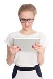 Den unga affärskvinnan använder en minnestavlaPC Arkivfoto
