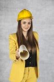 Den unga affärskvinnan ger byggnadsplan Royaltyfri Foto