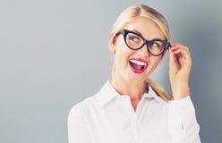 Den unga affärskvinnan i ett fundersamt poserar arkivbild