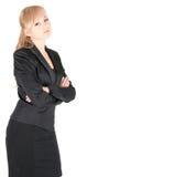 Den unga affärskvinnan med korsat beväpnar över vitbakgrund Royaltyfri Bild