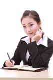Den unga affärskvinnan med skrivar Arkivfoton
