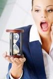 Den unga affärskvinnan med timglas - tajma begreppet Royaltyfri Fotografi