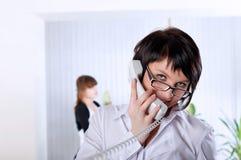 Den unga affärskvinnan på kontoret Arkivfoto