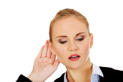 Den unga affärskvinnan råka få höra en konversation Arkivbild