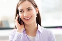 Affärskvinnan som använder mobil, ringer royaltyfria bilder