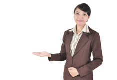 Den unga affärskvinnan som ler med henne armar, öppnar Royaltyfria Foton