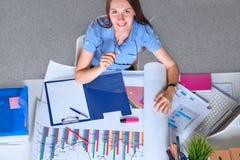 Den unga affärskvinnan tröttade från arbete i kontoret Royaltyfria Bilder