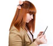 Den unga affärskvinnan tycker om en TabletPC Arkivfoto