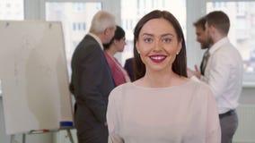 Den unga affärskvinnan visar upp hennes tumme stock video