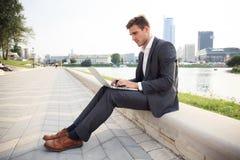 Den unga affärsmannen arbetar utomhus ockupationlivsstil royaltyfri foto