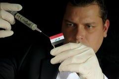 Den unga affärsmannen ger en finansiell injektion till den irakiska flaggan Fotografering för Bildbyråer