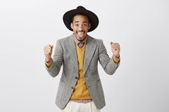Den unga affärsmannen gjorde hans väg att överträffa Attraktiv triumfera afrikansk amerikanman i stilfull kläder och flott hatt royaltyfri bild