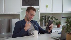 Den unga affärsmannen har den videopd appellen med partnern arkivfilmer