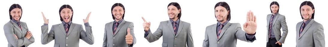 Den unga affärsmannen i grå färger passar isolerat på vit Arkivfoto