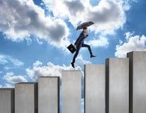 Den unga affärsmannen klättrar upp på trappuppgång Arkivfoto