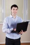 Den unga affärsmannen på kontoret Royaltyfri Foto