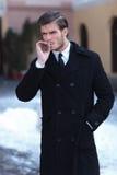 Den unga affärsmannen röker utomhus- Arkivfoton