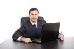 Den unga affärsmannen som arbetar med, är bärbara datorn Arkivfoto