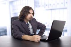 Den unga affärsmannen som arbetar med, är bärbara datorn Arkivbilder