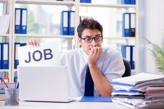 Den unga affärsmannen som söker efter jobb i arbetslöshetbegrepp arkivfoton