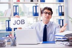 Den unga affärsmannen som söker efter jobb i arbetslöshetbegrepp arkivbilder