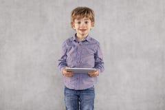 Den unga affärsmannen står med en minnestavla i hans händer, isolat arkivbild