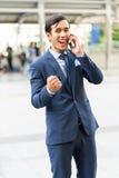 Den unga affärsmannen upphetsar och tycker om av affärsframgång samarbetar på med partnern royaltyfri fotografi