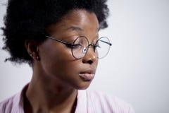 Den unga afrikanska kvinnan känner sig ensam Slut upp ståenden för sidosikt arkivbilder