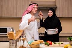 Den unga arabiska familjen i köket arkivbilder