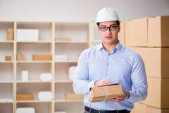 Den unga arbetaren i det post- kontoret som handlar med jordlotter Arkivbild