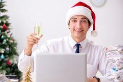 Den unga arbetaren som arbetar på jul, skiftar i regeringsställning fotografering för bildbyråer