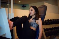 Den unga asiatiska härliga kvinnan övar royaltyfri bild