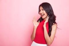 Den unga asiatiska kvinnan förvånas och leendet royaltyfri foto