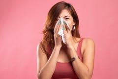 Den unga asiatiska kvinnan fick sjuk och influensa royaltyfri bild