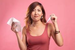 Den unga asiatiska kvinnan fick sjuk och influensa royaltyfri fotografi