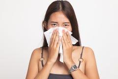 Den unga asiatiska kvinnan fick sjuk och influensa royaltyfria foton