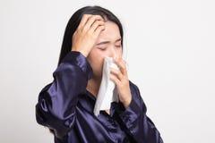 Den unga asiatiska kvinnan fick sjuk och influensa fotografering för bildbyråer