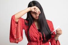 Den unga asiatiska kvinnan fick sjuk och influensa arkivfoto