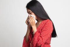 Den unga asiatiska kvinnan fick sjuk och influensa arkivfoton