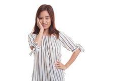 Den unga asiatiska kvinnan fick tandvärk Arkivfoton