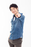 Den unga asiatiska mannen indikerar dig Arkivfoton