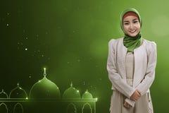 Den unga asiatiska muslimkvinnan ger leende Fotografering för Bildbyråer