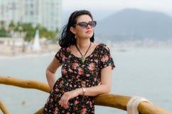 Den unga attraktiva caucausian kvinnan tycker om solen på havsemesterorten du Royaltyfri Fotografi