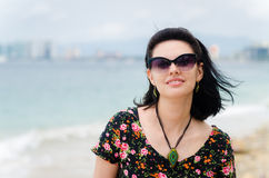 Den unga attraktiva caucausian kvinnan tycker om solen på havsemesterorten du Arkivbilder