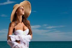 Den unga attraktiva flickan tycker om sommardag på stranden Royaltyfri Foto