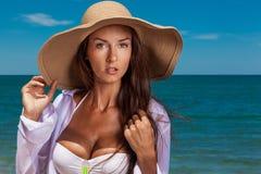 Den unga attraktiva flickan tycker om sommardag på stranden Royaltyfri Fotografi